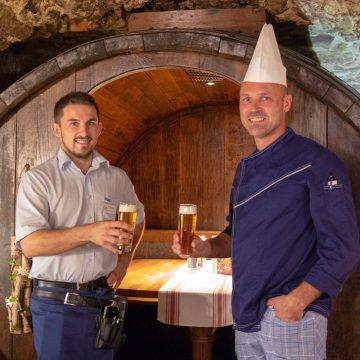 Serviceleiter und Betriebsleiter bei gemeinsamen Bier