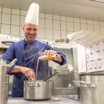 Küchenchef Mathe Erwin kocht mit Bier